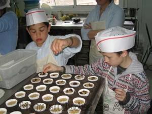 poniendo las pepitas de chocolate en las magdalenas
